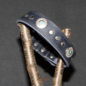 Fettlederhalsband, 45-55cm, mit Conchos und Nieten verziert